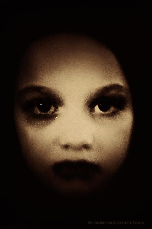 Photographer-Alexandra-EKdahl-Fotograf-StockhOLM-aRTIST-MODEL-MODELL-MAKEUP-surreal-surrealism-horror-horror-photographer-horror-photography dark -